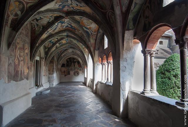 Bressanone Italia claustro catedral turismo ciudad Dolomitas