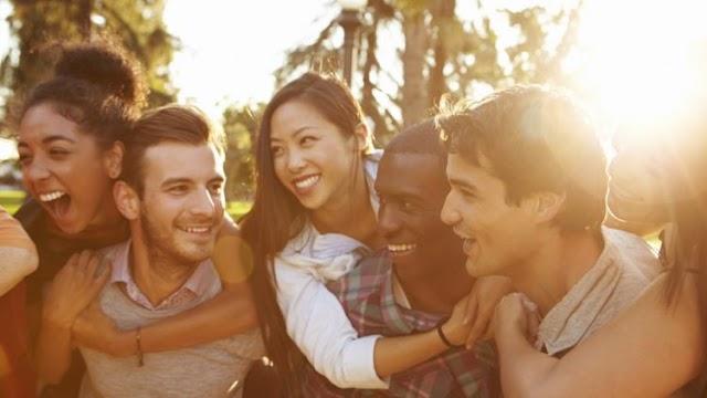 5 Alasan Kenapa Kamu Harus Akrab dengan Teman-teman Pasangan