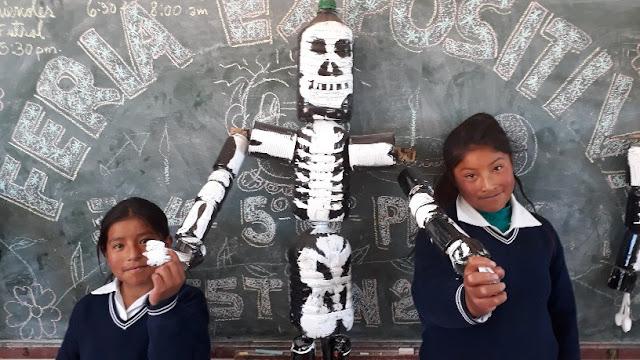 Die Jugend hat aus Plastikflaschen ein Skelett gebastelt