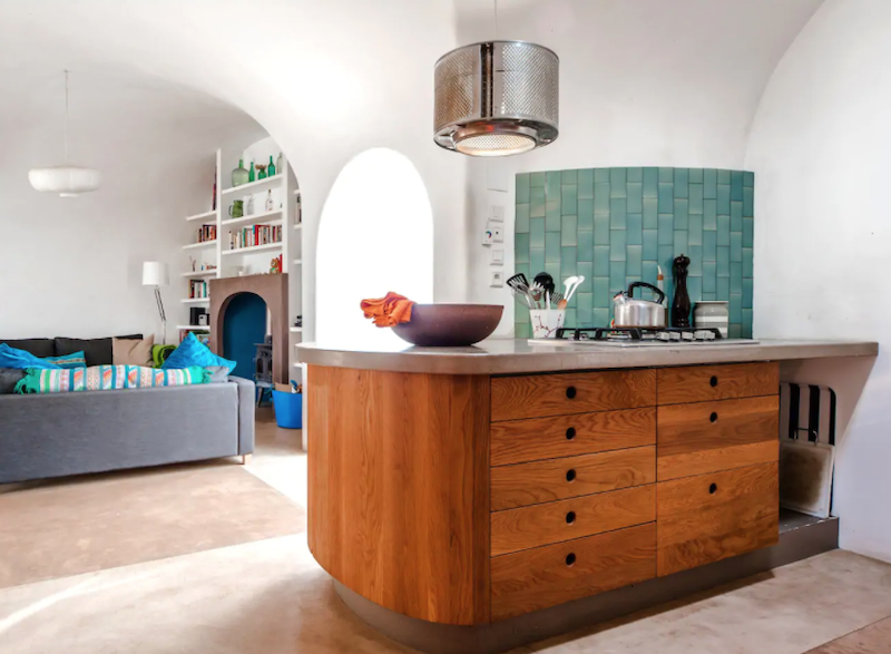 Cocina abierta al salón con mobiliario a medida