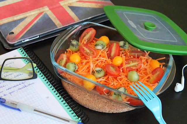 ensalada para llevar al trabajo de zanahorias, cherry, mango y kiwi