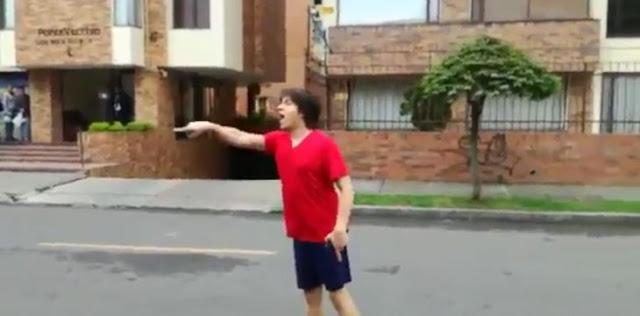 Joven con sueño reacciona furioso contra viacrucis