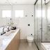 Banheiro branco com banheira, mármore, madeira, cimento e metais pretos!