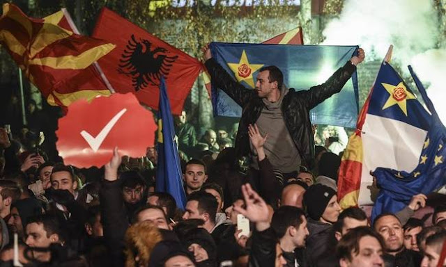 """Τα αλβανικά κόμματα """"ρυθμίζουν"""" την κυβέρνηση στα Σκόπια"""