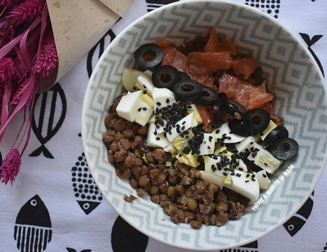 Bowl de lentejas, huevo y salmón