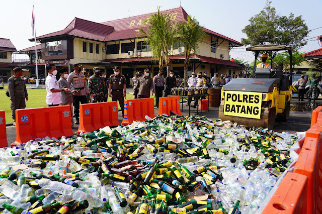 Polres Batang Musnahkan 6228 Botol Miras Usai Apel Gelar Operasi Ketupat Candi