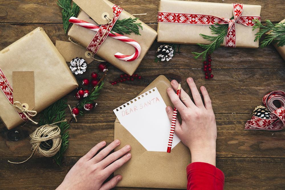 envoltorio de regalos con papel kraft
