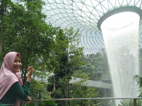 Pesona Kemegahan  Air Terjun Indoor Tertinggi Di Dunia Di Jewel Changi Airport Singapore