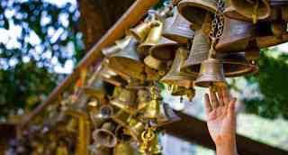 एक धार्मिक शिक्षाप्रद कहानी - भगवान् विश्वास से साथ है मंदिर की घण्टियाँ बजाने से नहीं | Inspirational Story In Hindi | Gyansagar ( ज्ञानसागर )