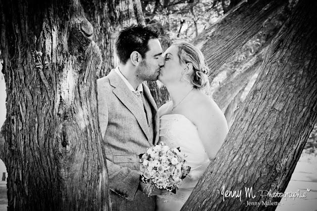 portraits couple mariés en noir et blanc bisous