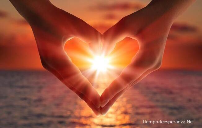 Corazón formado por las manos