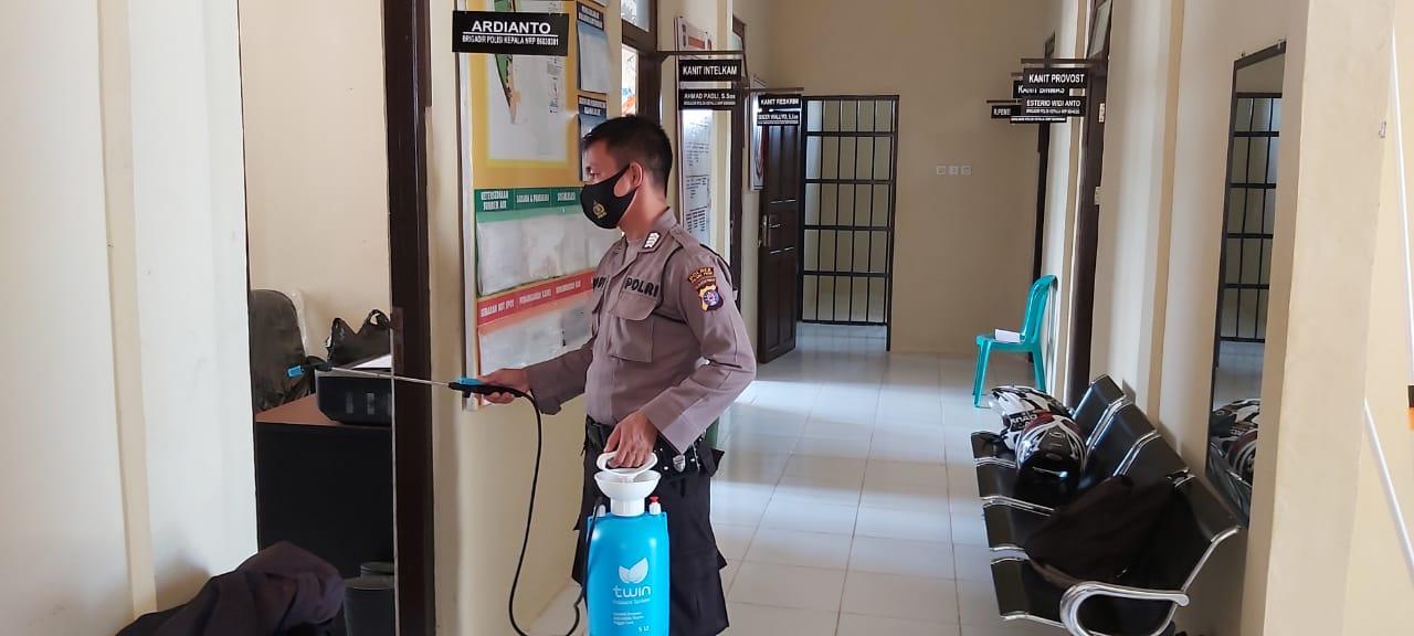 Cegah Corona, Personil Polsek Kahayan Tengah Semprot Desinfektan Di Mako