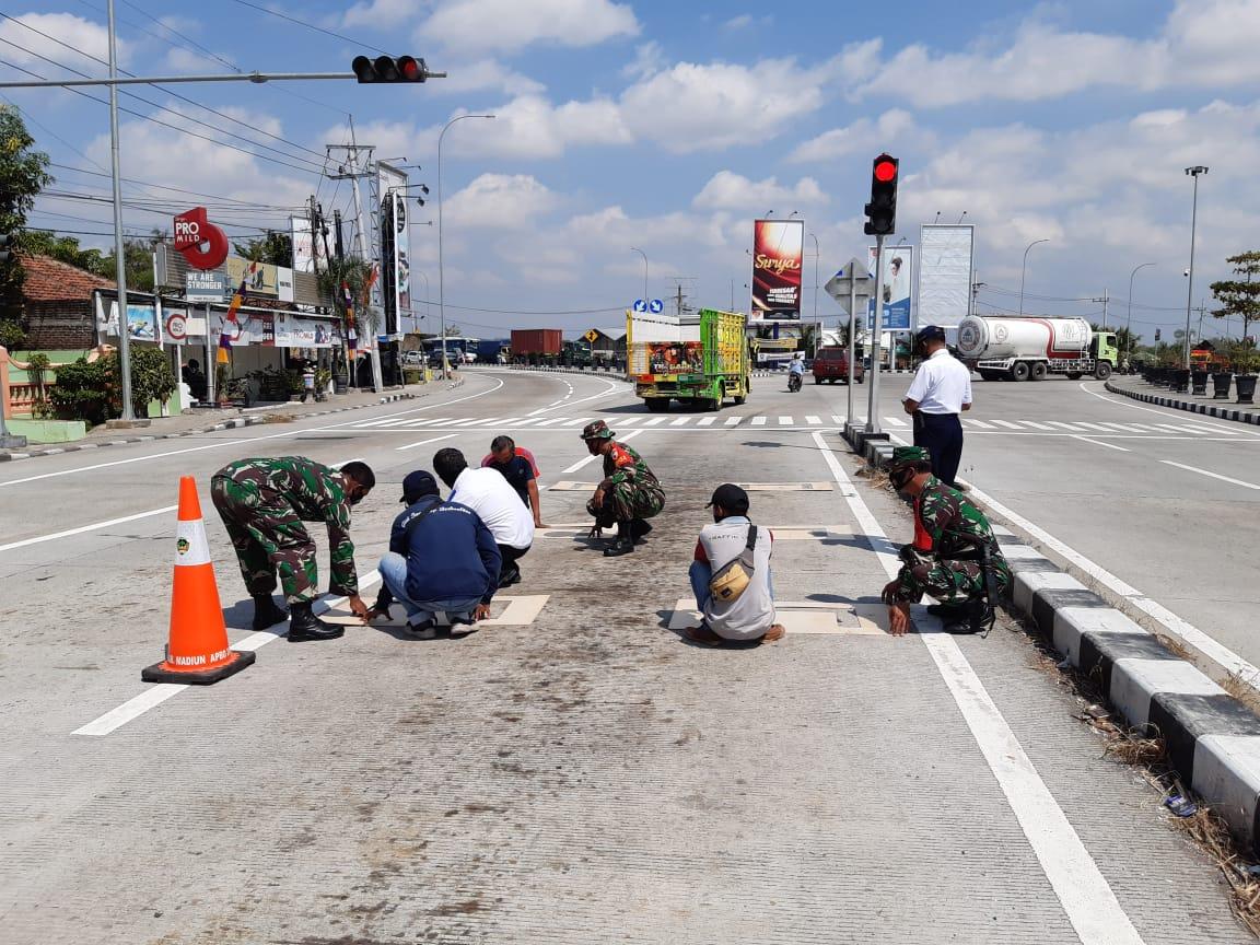 Kodim Madiun Terapkan Physical Distancing Pengendara Motor Pada Traffic Light