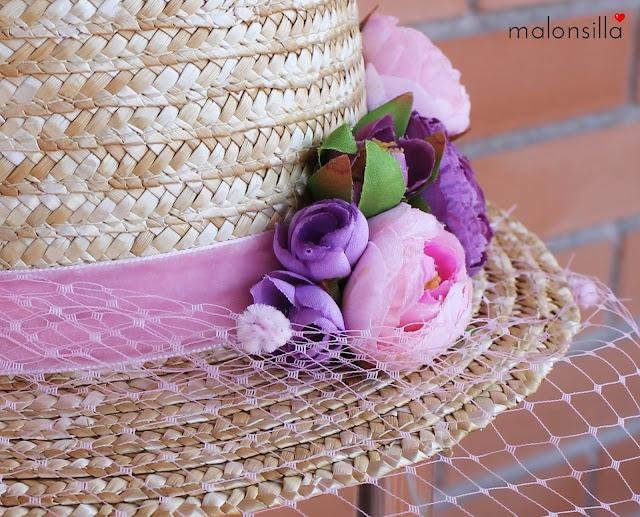 Detalle del sombrero de paja, cinta de terciopelo y flores rosa quartz