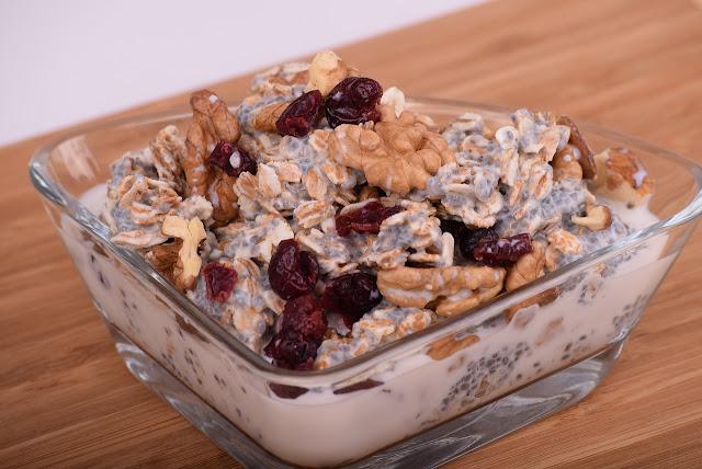 canela en desayuno con avena y frutos secos servido en bol de vidrio