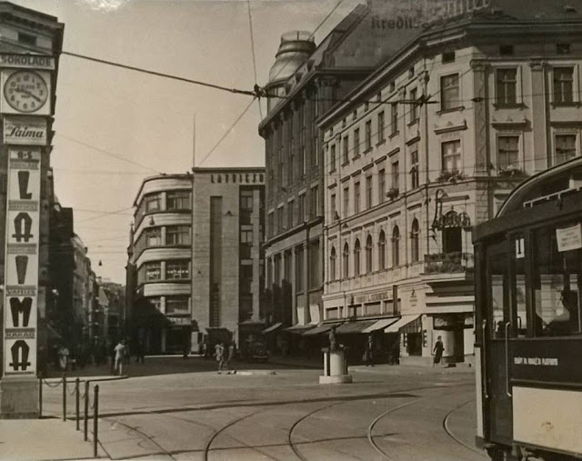 """Конец 1930-х годов. Рига. Часы """"Laima"""", трамвай и кафе """"Luna"""" на перекрестке трех бульваров и одной улицы"""