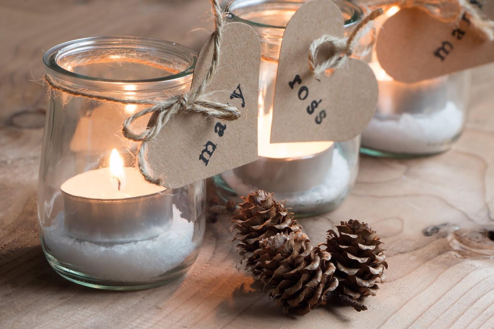 Tarros de vidrio con velas decorados por Navidad