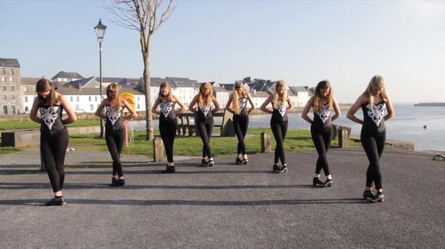 Grupo de chicas bailan danza irlandesa de manera ¡Asombrosa!