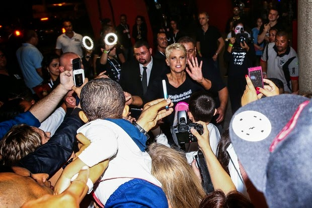 Xuxa cause turmoil, makes selfie with fans and win holy statue after show