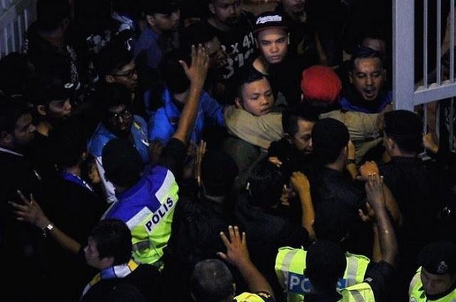 Tewas Lagi, Penyokong P. Pinang Mengamuk Di Stadium Batu Kawan