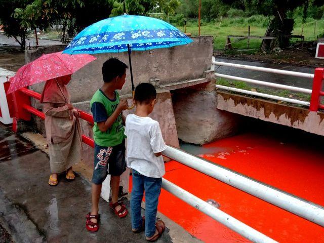 Heboh Air Sungai di Gresik Berwarna Oranye, Ini Penyebabnya