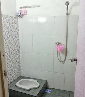 1. Desain kamar mandi minimalis dengan kloset jongkok dekorasi putih