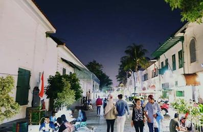 pengunjung ramai di jalan kota tua jakarta