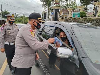 Ops Zebra Krakatau 2020  Polres Lampung Barat Bagikan Masker, Vitacimin dan Tabungan Anak-Anak Kepada Pengendara