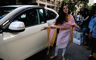Indian Girl Sara Ali Khan Seen Without makeup face in Bandra Mumbai City (3)