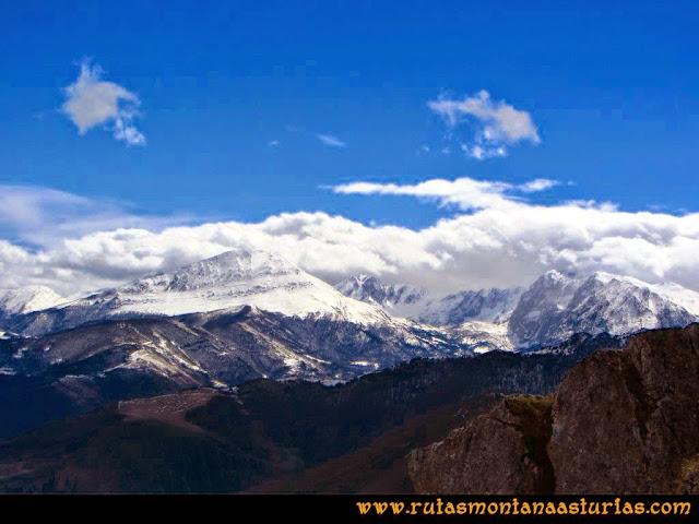 Ruta al Pico Gorrión:  Vista de la zona de Ubiña, con Peña Rueda en primer plano