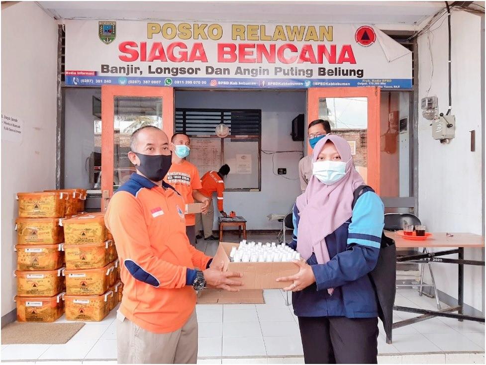 Bantu Tangkal Corona, Mahasiswi KKN UIN Walisongo Bagikan Handsanitizer Gratis