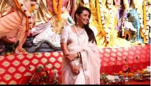 दुर्गा पूजा करती नजर आई रानी मुखर्जी, तस्वीरें हुई वायरल