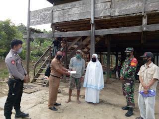 Personel Polsek Alla Polres Enrekang Bersama TNI, Kawal Bantuan BLT Dana Desa