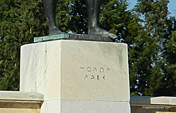 """""""Venham buscá-las"""": o desafio de Leônidas às tropas persas inscrito no monumento aos 300 de Esparta nas Termópilas"""