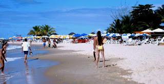 Vista da segunda praia, com pessoas brincando na beira mar