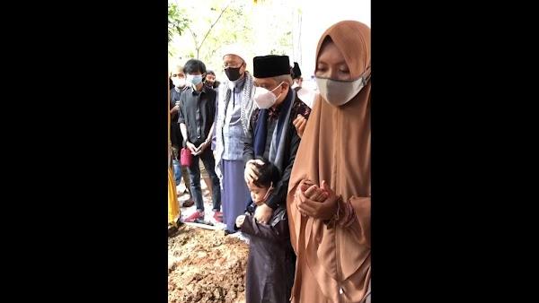 Momen Haru Yusuf Mansur Usap Anak Balita Ustadz Maaher di Pemakaman: Jadi Anak Saya