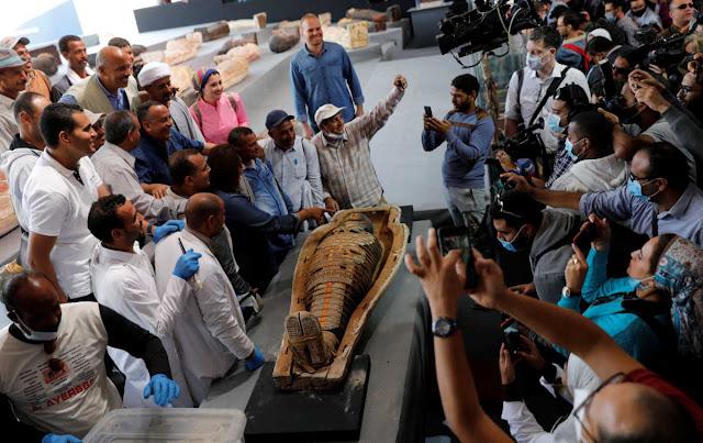 Η Αίγυπτος παρουσίασε 100 άθικτες σαρκοφάγους που ανακαλύφθηκαν στην Νεκρόπολη της Σακκάρα