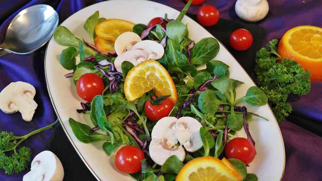 A salada faz parte do dia a dia de muitas pessoas que se preocupam com a saúde e gostam de enriquecer o cardápio.