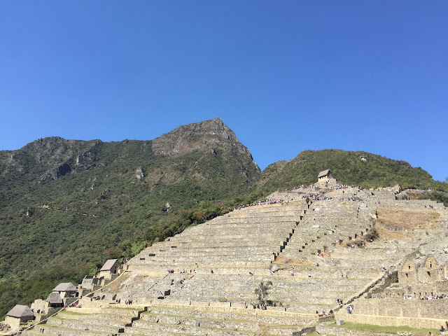 Os dias ensolarados e secos são melhores para as caminhadas ao ar livre e as escadas de Machu Picchu