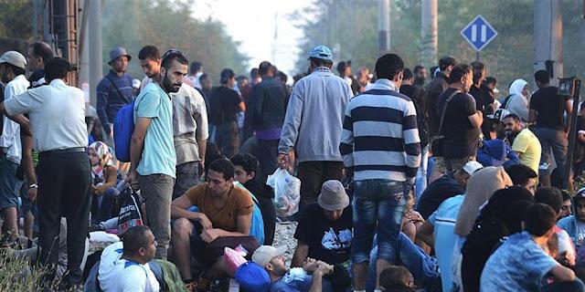 Πρόσφυγες βαδίζουν προς τα ελληνοτουρκικά σύνορα