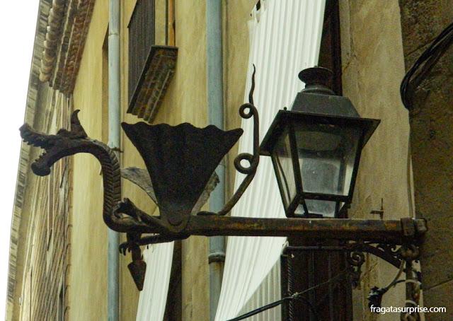 Dragão decora uma luminária no Bairro Gótico de Barcelona