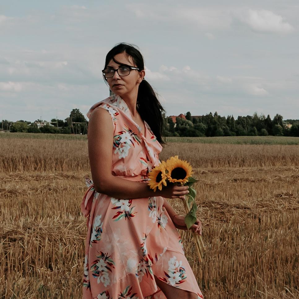 Letnie sukienki w jesiennych stylizacjach