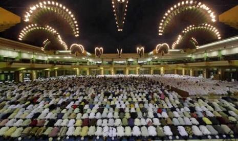http://1.bp.blogspot.com/-HRh0i6m68G8/UVQJMzO_EjI/AAAAAAAAAp0/CJDPhUt-CUQ/s1600/sholat-berjamaah-di-masjid-islamic-center-jakarta-utara-ilustrasi-_121011101727-821.jpg