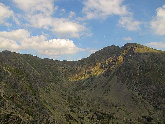 Widok na Spaloną Kopę i Pachoł oddzielone Spaloną Przełęczą.