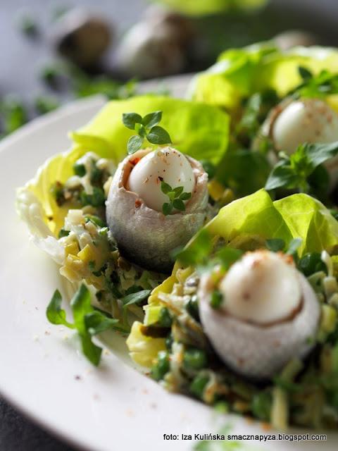 śledzie z jajkami przepiórczymi i zieloną sałatką , gniazda z sałatką i śledziem , gwiazdnica , śledź , ryby , jajka , przekąska , przekąski , na imprezę , zielona sałatka , sałatka z pora , domowe jedzenie , proste przepisy , kuchnia polska