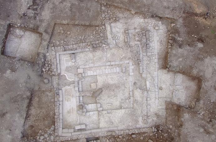 Ruinas de sinagoga de tiempo de Jesús en Magdala