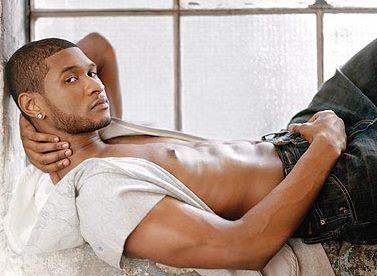 Foto de Usher posando recostado