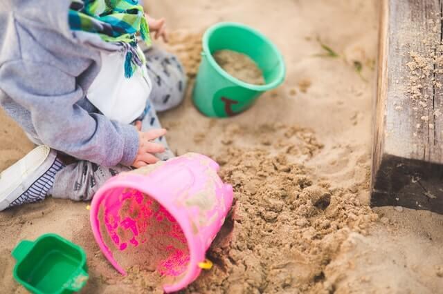 Dziecko bawi się w piaskownicy do ogrodu