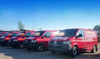 Rad med parkerade skåpbilar från Brandservice.