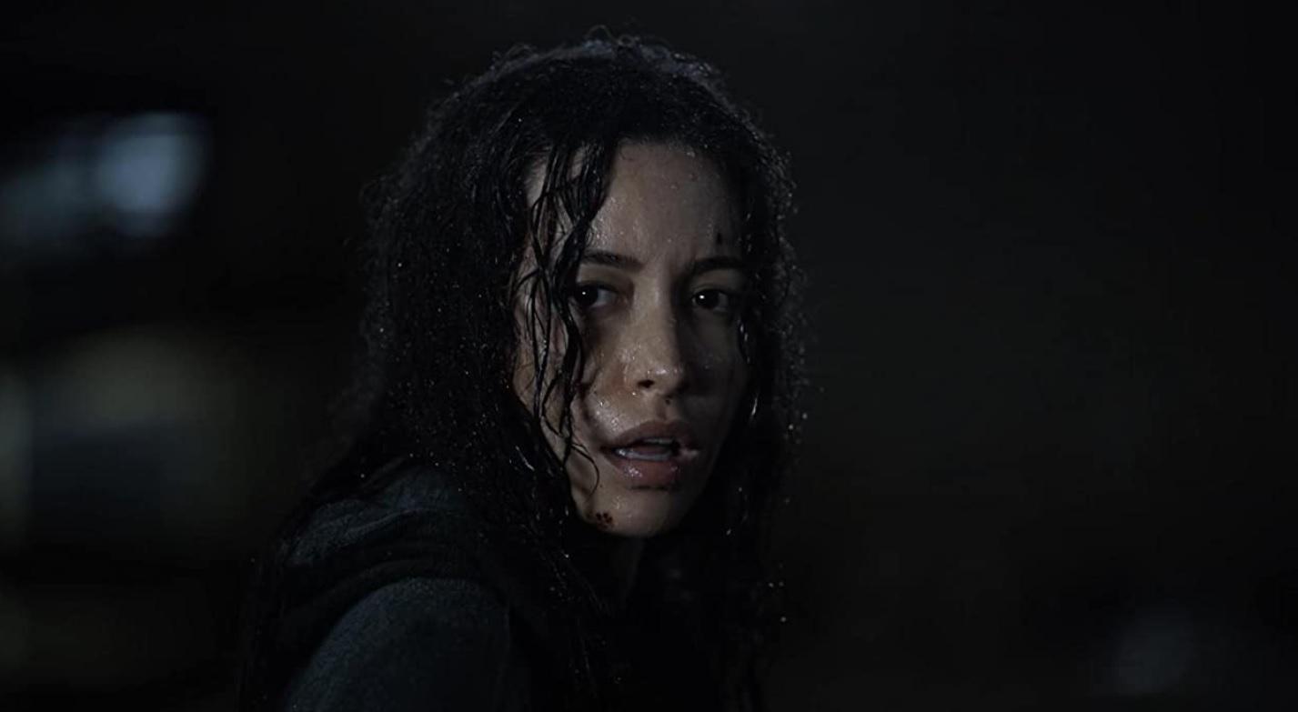 Rosita sale a la lluvia para pelear contra los caminantes en el 11x08 de The Walking Dead